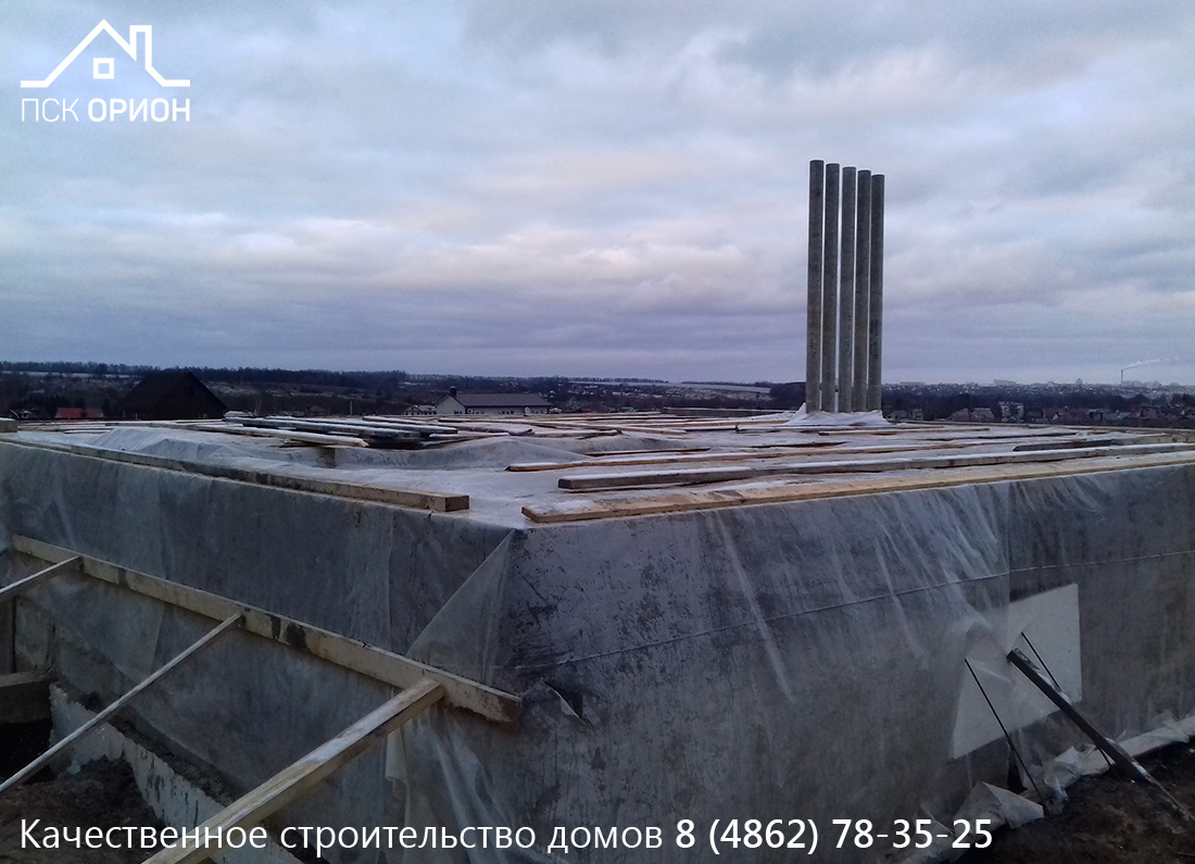 Завершили строительство цокольного этажа и законсервировали его для дальнейшего зимнего строительства дома.